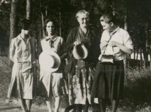 Vivian, Miriam, Aunt Nellie, & Jean 1927
